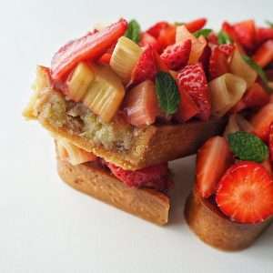 Tartelette fraise-rhubarbe découpe