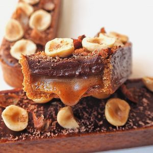 tarte choconuts coupée avec caramel coulant
